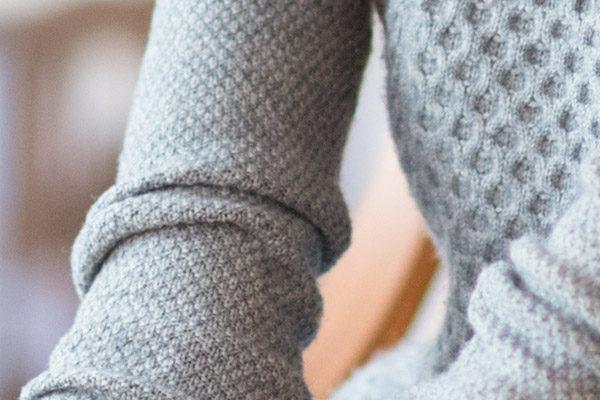 Kaschmir-Strickkleid: knielang, klassisch geschnitten & aufwendiger Strick – 100% mongolisches Kaschmir