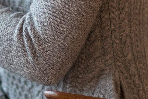 Kaschmir-Kleid: knielang, klassischer Schnitt, aufwendige Strickausarbeitung – 100% mongolisches Kaschmir